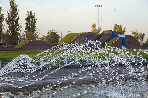 """Surtidores de agua y detras la obra """"Pasaje Azul"""" de Alexandru Arghira. Parque Juan Carlos I. Campo de las Naciones. Madrid. España"""