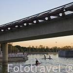 Un puente y gente practicando kayak en el canal. Parque Juan Carlos I. Campo de las Naciones. Madrid. España
