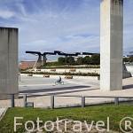 """Escultura """"Viga"""" de Jorge Du Bon al fondo. Parque Juan Carlos I. Campo de las Naciones. Madrid. España"""