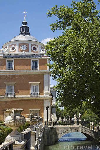 Jardin del Parterre y puentecillo que une el jardin de la Isla1 junto al Palacio Real. ARANJUEZ. Comunidad de Madrid. España . Spain