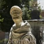 Detalle de escultura y detrás la fuente de Hércules e Hidra. Jardin de la Isla. Palacio de ARANJUEZ. Comunidad de Madrid. España. Spain