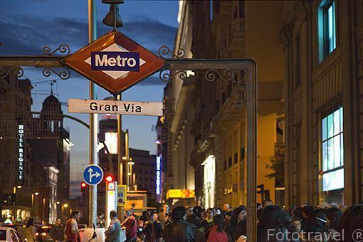 Viandantes en la Gran Via y el acceso al metro de Gran Via. Madrid. Comunidad de Madrid. España