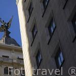 Escultura en lo alto de un edifiicio del s.XX esquina Gran Via con Garcia Molinas, cerca de Plaza de España. Madrid. Comunidad de Madrid. España