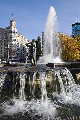 Fuente en la Plaza de España. Al fondo el final de la Gran Via. Madrid capital. Comunidad de Madrid. España