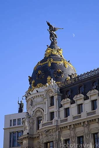 Detalle de la cupula del edificio Metropolis en el inicio de la calle de Gran Via. Madrid capital. Comunidad de Madrid. España
