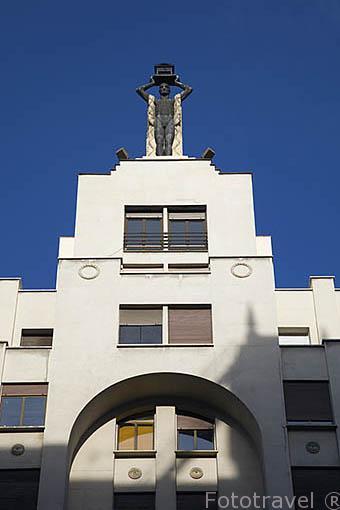 Escultura en lo alto de un antiguos edifiicio. Gran Via 60. Madrid. Comunidad de Madrid. España