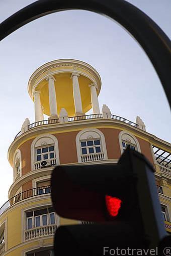 Detalle en lo alto de un edifiicio del s.XX esquina Gran Via con Isabel La Catolica. Madrid capital. Comunidad de Madrid. España