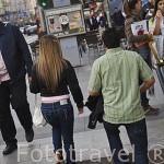 Pareja saliendo del Metro. Calle de Gran Via. Madrid capital. Comunidad de Madrid. España