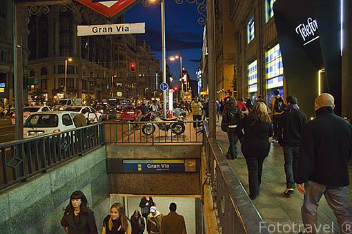 Viandantes junto al edificio de la Fundación Telefonica en la Gran Via 28 y el acceso al metro de Gran Via. Madrid. Comunidad de Madrid. España