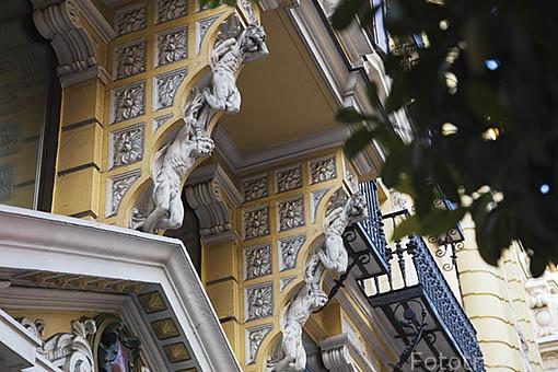 Detalles de esculturas en la fachada de un edificio en Gran Via n.12. Madrid capital. Comunidad de Madrid. España
