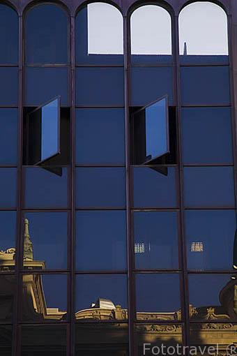 Fachada de edificio moderno en la calle Gran Via n.19. Madrid capital. Comunidad de Madrid. España