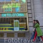 Viandantes junto al edificio de la Fundación Telefonica en la Gran Via 28. Madrid. Comunidad de Madrid. España
