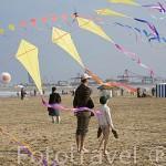 Jovenes y cometas en la playa de El Cabañal. VALENCIA. España