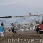 Chicos practicando el futvoley (se juega sin utilizar manos ni brazos). Playa de El Cabañal. VALENCIA. España