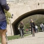 Ciclistas en el antiguo cauce del rio Turia, cerca del puente del Real. VALENCIA. España