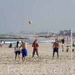 Jugando al voleybol en la playa de Pinedo. VALENCIA. España