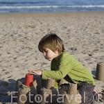 Chico haciendo castillos de arena en la playa de Pinedo. VALENCIA. España
