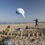 Chico construyendo castillos de arena y cometa. Playa de Pinedo. VALENCIA. España