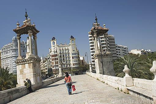 Puente del Mar, 1591. Se convierte en peatonal en 1933. Tiene 10 arcos. A ambos lados hay imagenes de la Virgen y San Pascual. VALENCIA. España