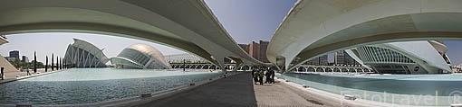 Ciudad de las Artes y las Ciencias junto al puente de Monteolivete. Arquitecto Santiago Calatrava. VALENCIA. España