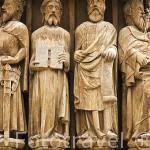Estatua del rey David en el centro, el unico con zapatos. Portico de la Catedral, s.XII-XIV. TARRAGONA. Ciudad Patrimonio de la UNESCO. España