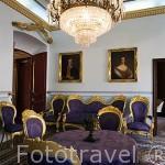 Interior, comedor. En la pared el retrato del burgues Jose Maria Castellarnau y su mujer. Casa de Castellarnau, S.XV.TARRAGONA. Ciudad Patrimonio de la UNESCO. España