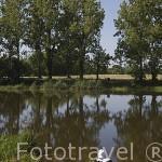 Pescador junto canal de la Martiniere, cerca de La Pellerin. Pays des Loire. Francia. France