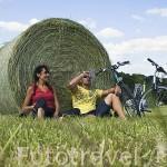 Pareja descansando junto a unas balas de paja. Pista ciclista entre las poblaciones de OUDON y ANCENIS. Valle del Loira. Francia