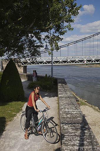 Ciclista junto al rio Loira en la poblacion de ANCENIS. Valle del Loira. Francia