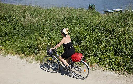 Pista y ciclistas cerca de LA POINTE junto al rio Loira. Región de Pays de Loire. Francia. France