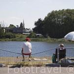 Pescadores en el puerto junto al rio Loira. Ciudad de NANTES. Región Pays de la Loire. FRANCIA. France