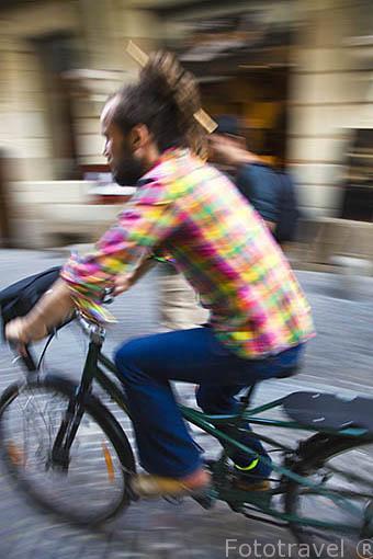 Clclista por una calle centrica. Ciudad de NANTES. Región Pays de la Loire. FRANCIA. France