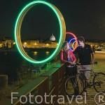 """Pareja de amigos. Los anillos """"les Anneaux de Buren"""" junto al muelle. Ciudad de NANTES. Región Pays de la Loire. FRANCIA. France"""