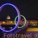 """Los anillos """"les Anneaux de Buren"""" junto al muelle. Al fondo la cupula de Notre Dame du Bon Port. Ciudad de NANTES. Región Pays de la Loire. FRANCIA. France"""