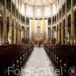 Interior de la catedral de San Pedro y Pablo. 1843 Arquitecto A. Petit. Columnas neogóticas. Altar en mármol de Carrara del s.XIX por Vincent Bononi. POINTE A PITRE. Isla de Guadalupe. Francia