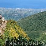 Turistas y paisaje sobre el Caribe y al fondo la población de BASSE TERRE desde la montaña de La Soufriere. Isla de GUADALUPE. Caribe. Francia