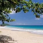Playa de Cluny. Al fondo el peñón de Kawan. DESHAIES. Basse Terre. Isla de Guadalupe. Caribe. Francia