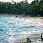 Niños jugando en la playa de la Feuilliere, cerca de CAPESTERRE. Isla de Marie Galante. Pertenece a las islas de GUADALUPE. Francia