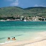 Gente bañandose en la playa de Folle Anse, frente al hotel La Cohoba. Isla de Marie Galante. Pertenece a las islas de GUADALUPE. Francia