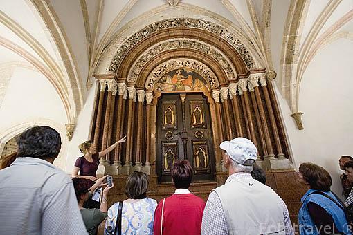 """La """"Porta Speciosa"""" en marmol rojo. Abadia de PANNONHALMA. Monjes benedictinos de Bohemia. UNESCO desde 1996. A 21 Kms de GYOR. Comarca del Transdanubio. Hungria"""