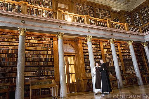 Biblioteca con 300.000 volumenes algunos incunables. Abadia de PANNONHALMA. Monjes benedictinos de Bohemia. UNESCO, 1996. A 21 Kms de GYOR. Transdanubio. Hungria