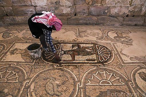 Mosaicos con diseños originales en la iglesia bizantina. Dentro de las ruinas de PETRA. Patrimonio de la Humanidad, UNESCO. Jordania