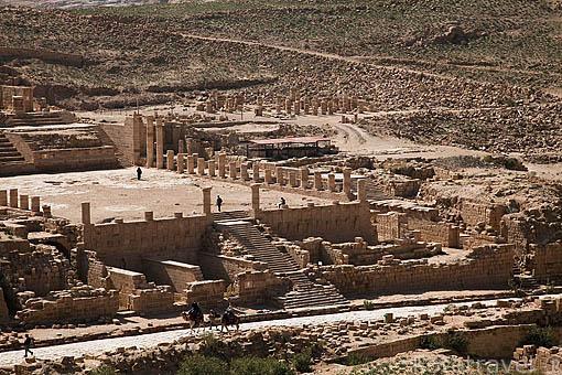El cardo maximus romano con columnas y restos del Gran Templo. Ruinas de PETRA. Patrimonio de la Humanidad, UNESCO. Jordania