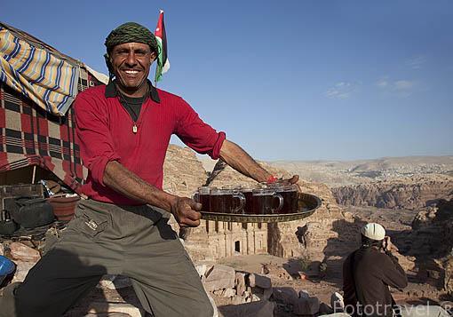 El beduino Abed en su tienda en lo alto de la montaña situado frente al Monasterio. Ruinas de PETRA. Patrimonio de la Humanidad, UNESCO. Jordania
