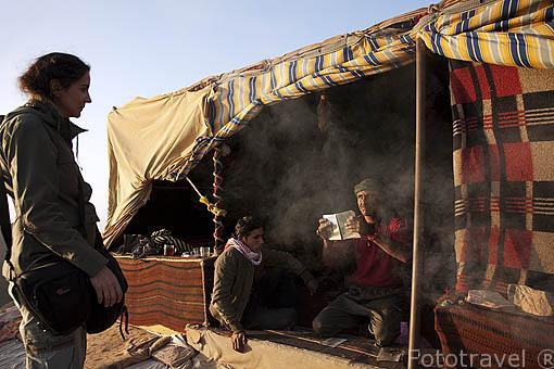 El beduino Abed en su tienda en lo alto de la montaña. Cerca del Monasterio. Ruinas de PETRA. Patrimonio de la Humanidad, UNESCO. Jordania