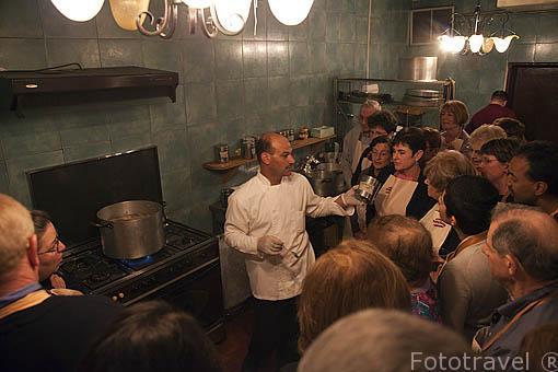 Restaurante Petra kitchen donde el comensal puede cocinar su plato con ayuda de los cocineos de la casa. PETRA. Jordania
