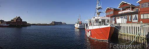 Barcos pesqueros y muelle sur de la isla de ROST. Archipielago de las Lofoten. Circulo polar artico. Noruega. Rost Island. Norway
