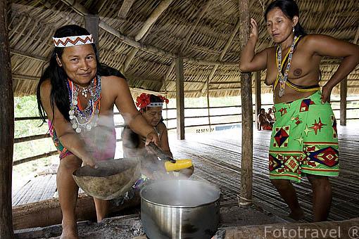 Cocinando un platano maduro. Tribu a Embera. En Ipeti. PANAMA. Centroamerica