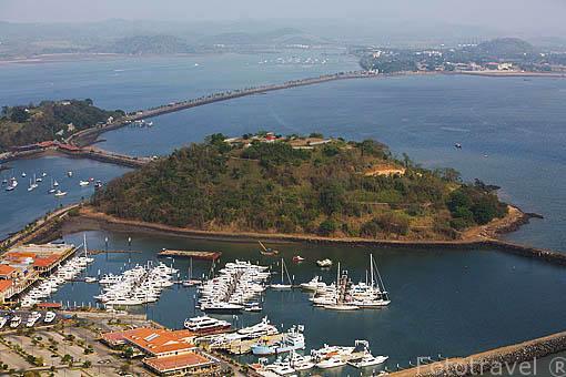 Puerto y al fondo el canal de Panama. Vista aerea de la ciudad de PANAMA. Centroamerica