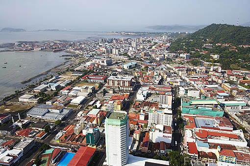 Vista aerea de la ciudad de PANAMA y al fondo el cerro Anton. Centroamerica